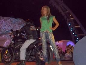 Con indumentaria informal las candidatas llegan en motos