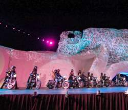 Todas las aspirantes en motos y con el grupo musical Corazón Guerrero que interpretó Jinetes del Oeste