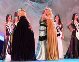 Las elegidas María Emilia y Andrea son saludadas por las salientes Melisa y Carolina