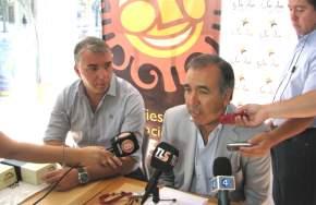 Por la firma comercial RECOR SRL, de alfajores Tres Cumbres, su gerente Gustavo Alberto Platero firmó el convenio con el ministro de Turismo, Dante Elizondo
