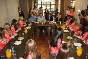 Uñac y Elizondo compartieron un desayuno con las 19 jóvenes candidatas a Reina de la FNS 2014