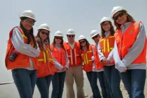 El Lic. Hernández explicó a las jóvenes distintos aspectos de la industria minera y su aporte al crecimiento de San Juan