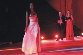 Los conductores, Marisa Gil y Marcelo Yacante, las candidatas en vestidos largos para la segunda pasada