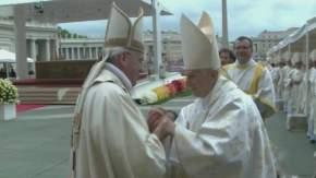 Francisco se acercó a saludar y abrazó a su antecesor Benedicto XVI