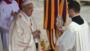 Un sacerdote acercó a Francisco las reliquias de Juan XXIII