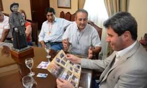 El padre misionero redentorista Jorge Rearte e integrantes de la Asociación Cura Brochero con el gobernador Uñac