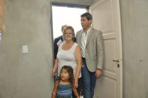 El gobernador Uñac visitó las viviendas con sus adjudicatarios