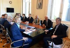 El jefe de Gabinete Nacional, Marcos Peña, y el ministro de Interior, Obras Públicas y Vivienda, Rogelio Frigerio, con el ministro de Interior y Seguridad de Chile, Jorge Burgos Varela, y equipos