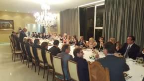 Cena en la Embajada de Chile en Argentina. El embajador Viera Gallo pide un brindis por las visitas de su país y los invitados.