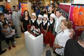 El gobernador Uñac y la ministro de Turismo y Cultura con representantes de un stand de una colectividad