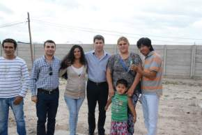 El gobernador Uñac y el intendente Gramajo con familias a las que se entregaron los módulos