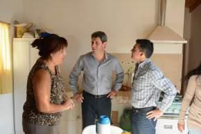El gobernador Uñac y el intendente Gramajo visitaron a la titular de uno de los módulos habitacionales