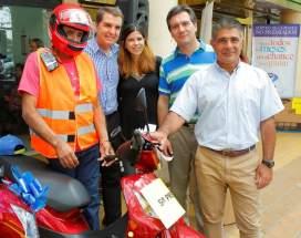 Entrega del 5º premio, la moto Honda que ganó Luis Madueño, con los accesorios, casco, patentamiento