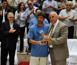Lima entrega a un expedicionario un libro y el escapulario