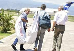 Se dirigen al helicóptero para sumarse a la expedición del Cruce de Los Andes el ministro Rogelio Frigerio y el secretario del Interior, Sebastián García de Luca