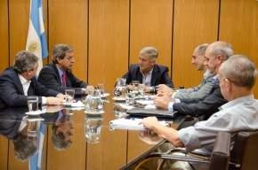 El ministro de Hacienda y Finanzas de la provincia, Roberto Gattoni, con el ministro de Comunicaciones de la Nación, Oscar Aguad, y su equipo