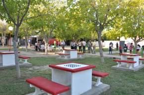 Las refacciones en la plaza del Barrio Borges colocaron juegos de mesa para ajedrez y damas con sus respectivos asientos