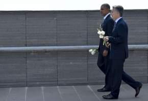 Los presidentes llevan ofrendas florales para arrojar al Río de la Plata