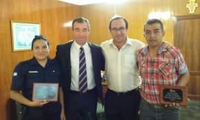 La Agente Almazán y el chofer David Poblete con el Intendente Fabián Martín