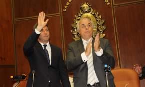El gobernador Sergio Uñac saluda a legisladores, invitados y presentes en el recinto legislativo