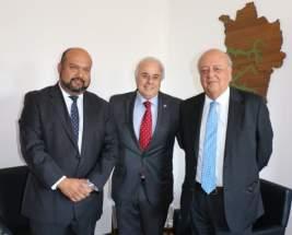 El presidente del Consejo Regional, José Montoya; el vicegobernador Marcelo Lima y el embajador de Chile en la Argentina, José Antonio Viera Gallo