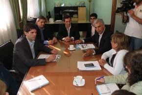 El intendente de San Martín, Cristian Andino y el ministro de Desarrollo Humano, Walberto Allende, y funcionarios de la comuna y del ministerio