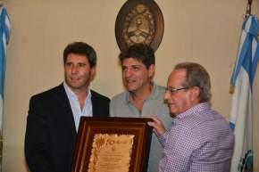 El gobernador Sergio Uñac entregó una placa a los directivos de UPCN Voley Club