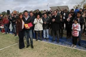 Uñac, con Gabriela Pérez; el intendente Martín, el presidente del club Ruiz Olalde, el titular de Deportes Chica