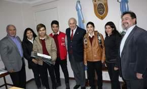 Entregaron setecientos cincuenta bolsas de residuos a un grupo de alumnos de quinto año de la escuela de Comercio Alfonsina Storni, de Caucete