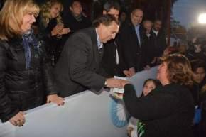 El intendente Juan Carlos Abarca entrega las llaves de una viviendas y un kit de lámparas a una adjudicataria