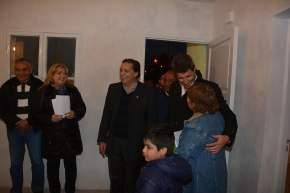 Las autoridades visitaron una de las viviendas entregadas