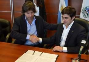 El ministro de Gobierno, Emilio Baistrocchi y el subsecretario de Relaciones con el Poder Judicial y Asuntos Penitenciarios, Juan Bautista Mahique, tras la firma del convenio