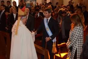 Tras finalizar el TeDeum, monseñor Delgado saludó al gobernador Uñac y su esposa