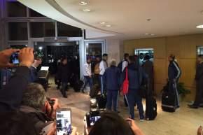 Messi se dirige al ascensor del hotel