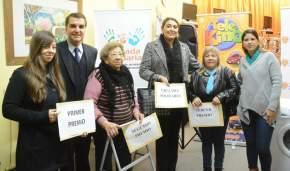 Los premiados con el presidente de la Caja de Acción Social y la gerente de Lotería y Quiniela