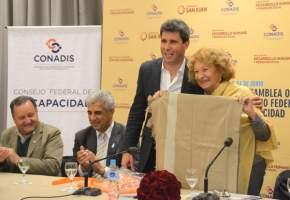 El gobernador Uñac obsequió un Poncho Sanjuanino a Valassina