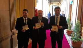 Los gobernadores muestran un recordatorio del Bicentenario de la Independencia celebrado en Tucumán