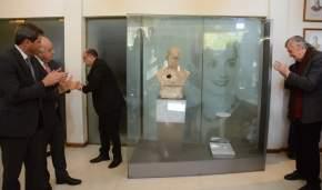 El busto de Eva Duarte de Perón, visiblemente dañado, será exhibido en la vitrina emplazada al efecto