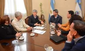 Uñac con el presidente de la Comisión Nacional de Justicia y Paz, Emilio Inzaurraga; el ministro Walberto Allende y miembros de la comisión provincial de Justicia y Paz