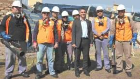 El intendente Aranda con personal que hace trabajo de fumigación