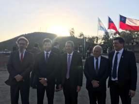 El gobernador Uñac, el embajador argentino Cobos y el vicegobernador Lima, con autoridades chilenas, en el acto ante el monumento de la Batalla de Chacabuco