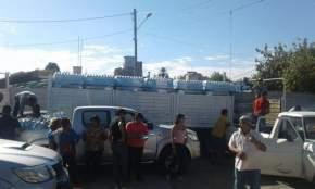 Camiones distribuyen botellas de agua en zonas afectadas