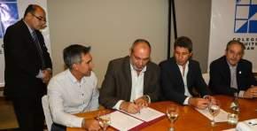 El ministro de de Infraestructura y Servicios Públicos, Julio Ortiz Andino firma el convenio para el diseño de la Terminal de Ómnibus