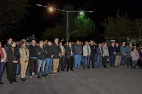 Autoridades capitalinas y vecinos en la inauguración de la obra de iluminación en Villa América