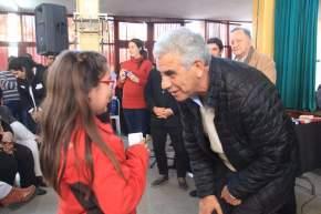 El ministro de Desarrollo Humano, Walberto Allende entrega anteojos a una escolar