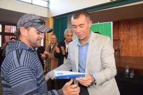 El intendente Fabián Martin entrega un trámite de DNI