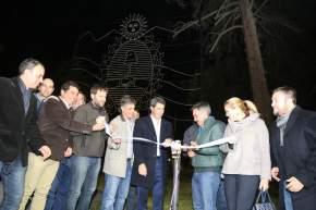 Corte de cintas inaugurando el escudo provincial ubicado en el sector oeste de plaza Aberastain