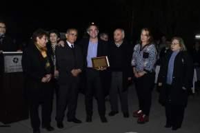 Pte. de la U.Vecinal del barrio, Nelson Castro entregó, junto a demás miembros de la Comisión Directiva, plaquetas de agradecimiento