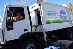 Entregaron recipientes para la separación residual y 18 camiones recolectores de residuos a los departamentos
