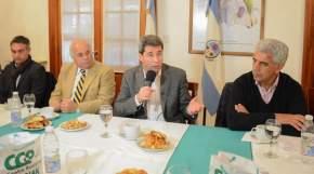 Dirige la palabra el gobernador Sergio Uñac durante la entrega de audífonos